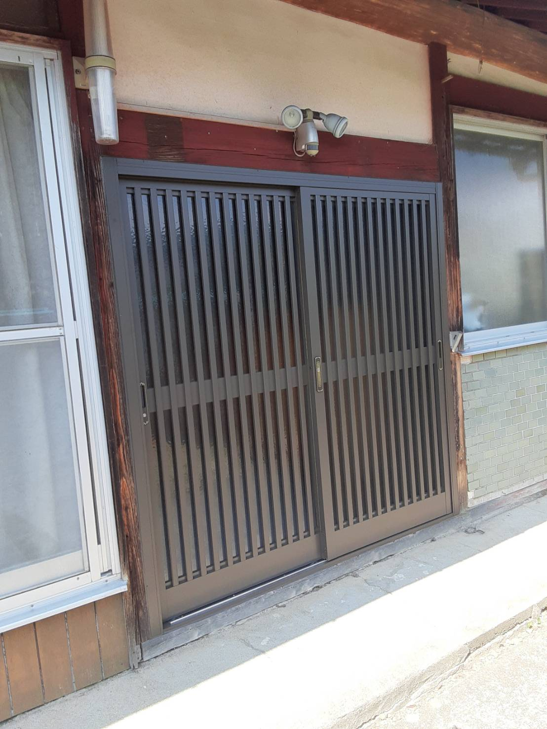 ギャラリーパティオの玄関リフォーム 木製玄関からアルミ玄関への施工事例写真