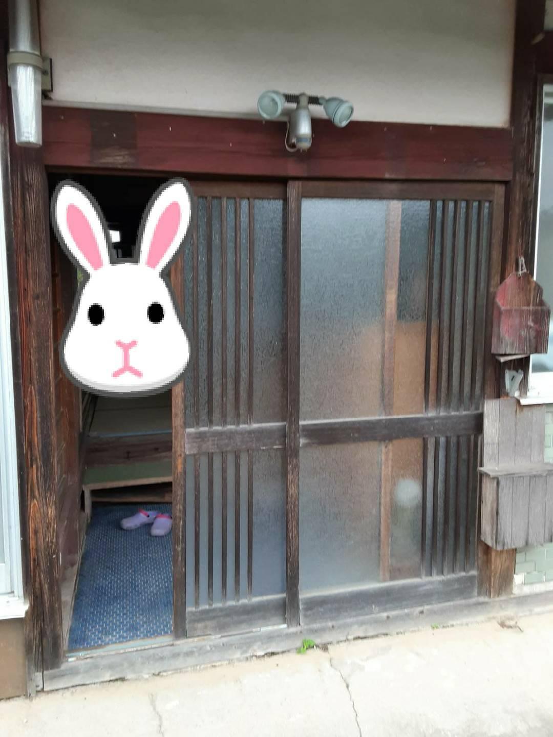 ギャラリーパティオの玄関リフォーム 木製玄関からアルミ玄関への施工前の写真1