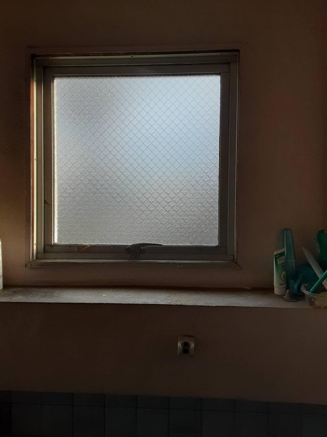 浴室マド ガラス交換 ビル ギャラリーパティオの現場ブログ メイン写真