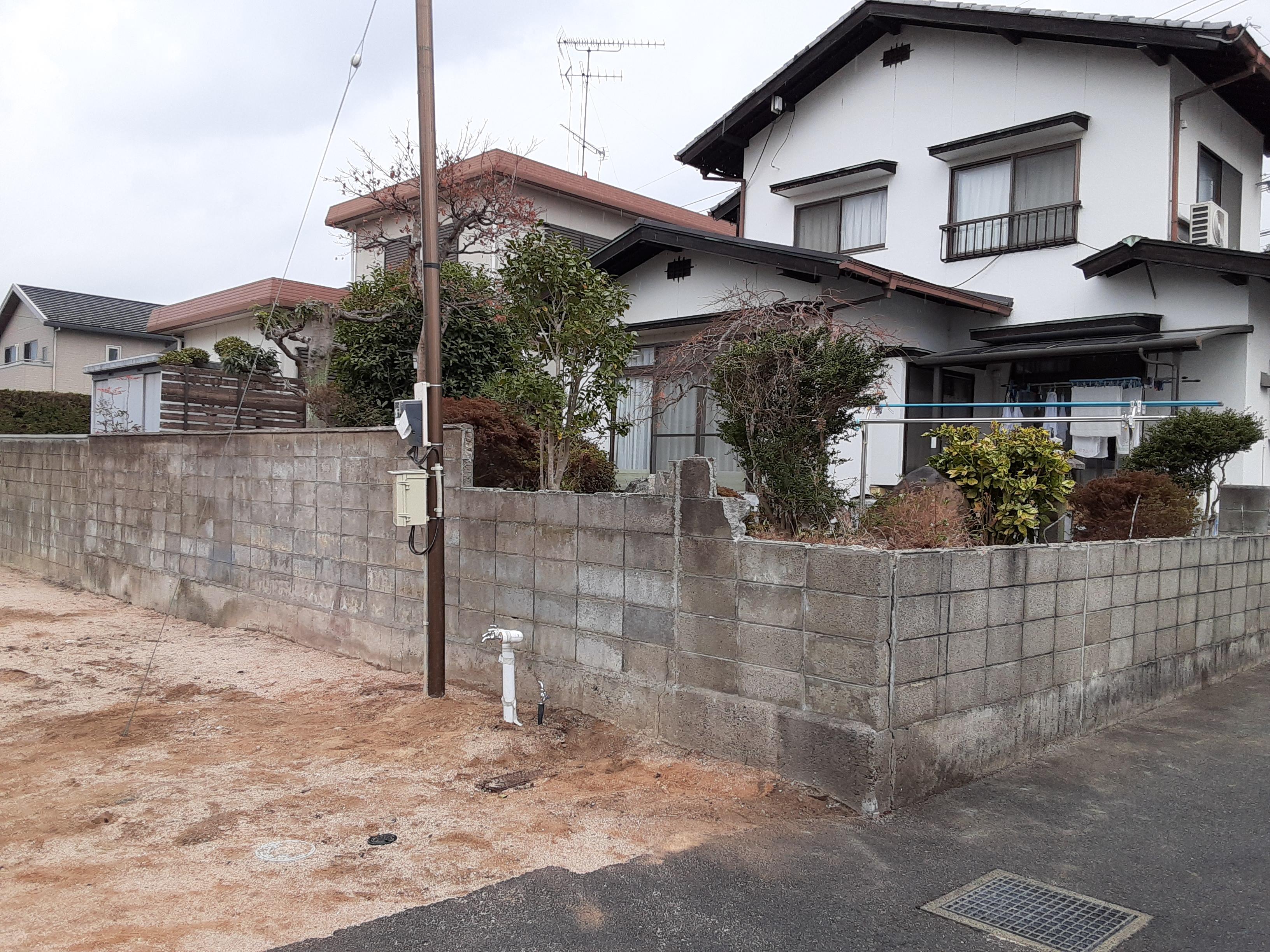 ギャラリーパティオのフェンス工事 及び ブロック塀補修工事の施工前の写真1