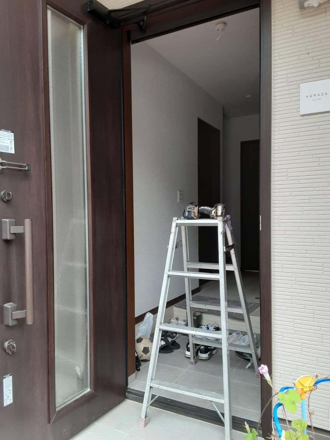 ギャラリーパティオの玄関 網戸 しまえるんですαの施工後の写真1